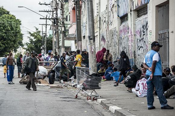 SÃO PAULO, SP, BRASIL,  21-01-2013, 10h00: Agentes da secretaria de saúde tentam convercer usuários de crack a se internarem voluntáriamente em clínicas de reabilitação no centro de São Paulo.  (Foto: Marcelo Camargo/ABr)